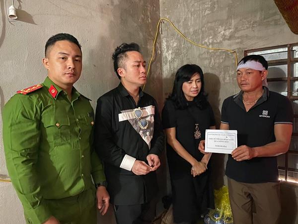 Ca sĩ Tùng Dương, Thanh Lam trực tiếp thăm hỏi, trao quà cho bà con miền Trung trong đợt lũ lịch sử 8