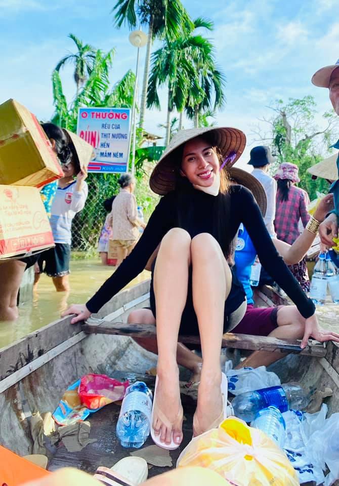 Hình ảnh Thủy Tiên trong chuyến từ thiện miền Trung vừa qua.