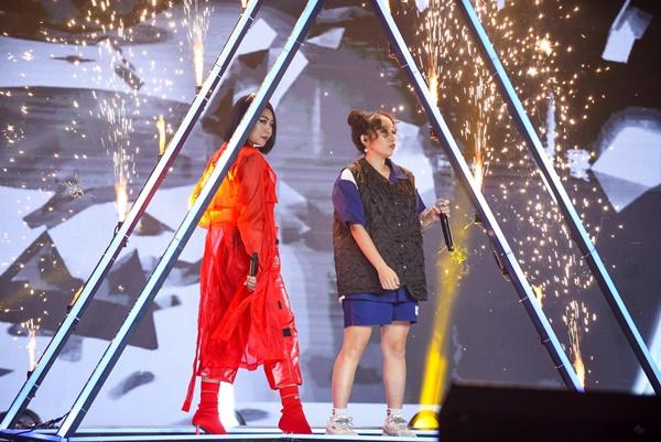 Với Tuimi, cô nàng lựa chọn kết hợp với Mỹ Anh - con gái Diva Mỹ Linh đã mang đến một màn trình diễn 'cực cháy' chẳng thua kém tiết mục trong concert quốc tế.