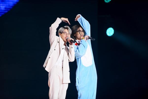 Về phần Chị Cả, việc thay đổi hình tượng thành... Xuka - nhân vật nổi tiếng trong truyện tranh Doraemon trên nền nhạc Hơn cả yêu khiến khán giả 'sốc toàn tập'.