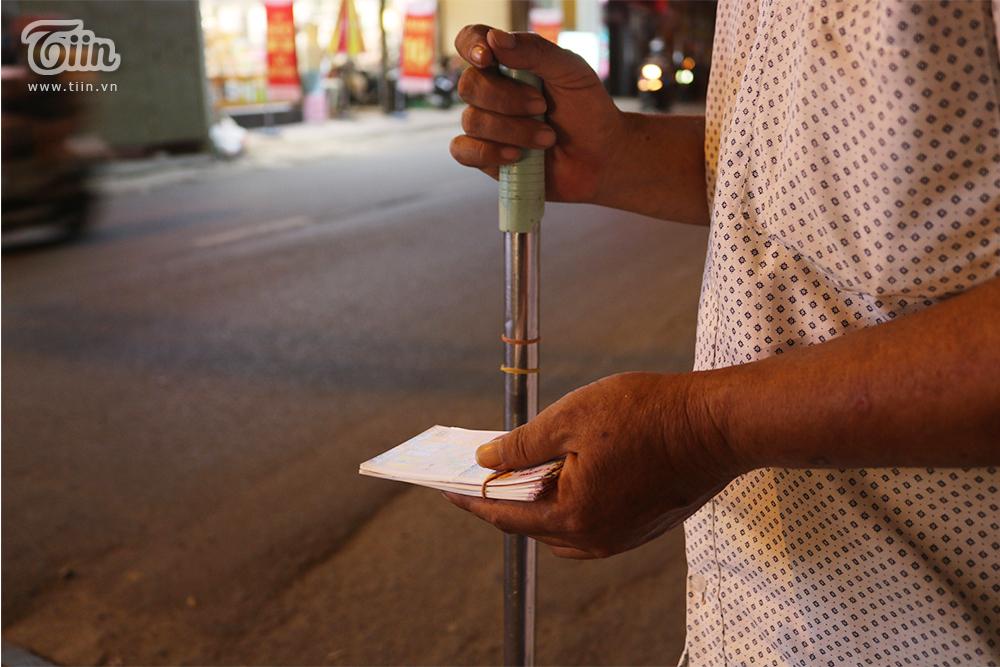 Gậy dò đường và chiếc ghế nhựa là bạn đồng hành với chú mỗi ngày đi bán