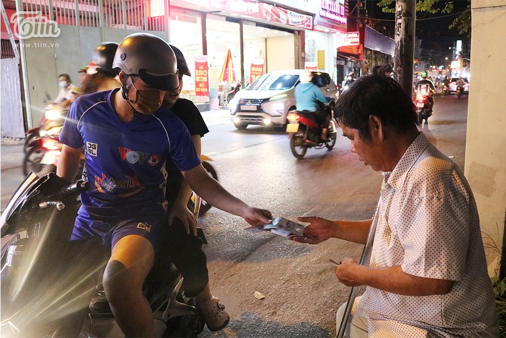 Biết hoàn cảnhkhó khăn, nhiều người thường ghé đến mua vé số ủng hộ chú Nhâm