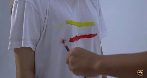 Màu màu vàng trên chiếc vòng đại diện cho tình bạn, màu đỏ của bó hoa tượng trưng cho tình yêu,...