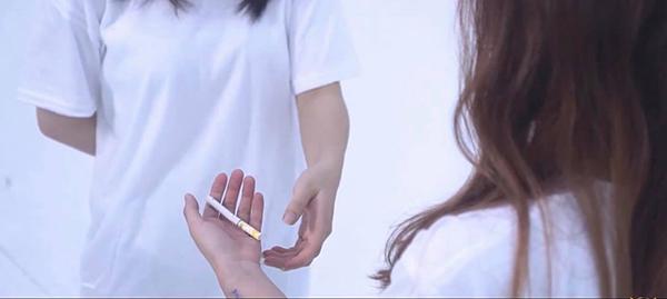 Chiếc vòng tình bạn được thay thế bởi điếu thuốc, nhân vật chính hoàn toàn rơi vào vòng xoáy cám dỗ của mối quan hệ xung quanh.