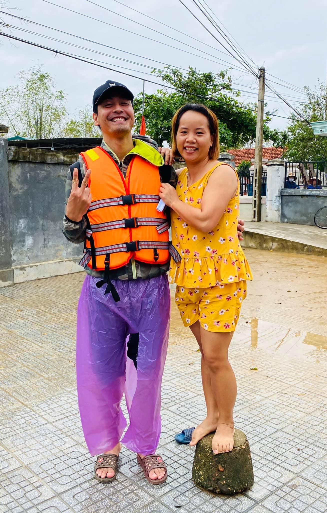 Hiện MC Phan Anhđang có mặt tại miền Trung để cứu trợ người dânvùng lũ.