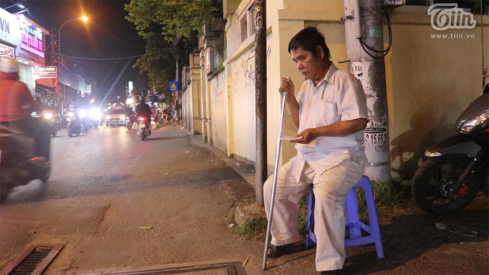 Hình ảnh người đàn ông khiếm thịbán vé số trở nên quen thuộc với nhiều người sống ở khu vực đường Lê Đức Thọ