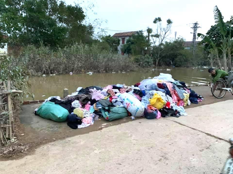 Xôn xao hình ảnh quần áo từ thiện cứu trợ miền Trung bị vứt ngổn ngang dưới đất 0