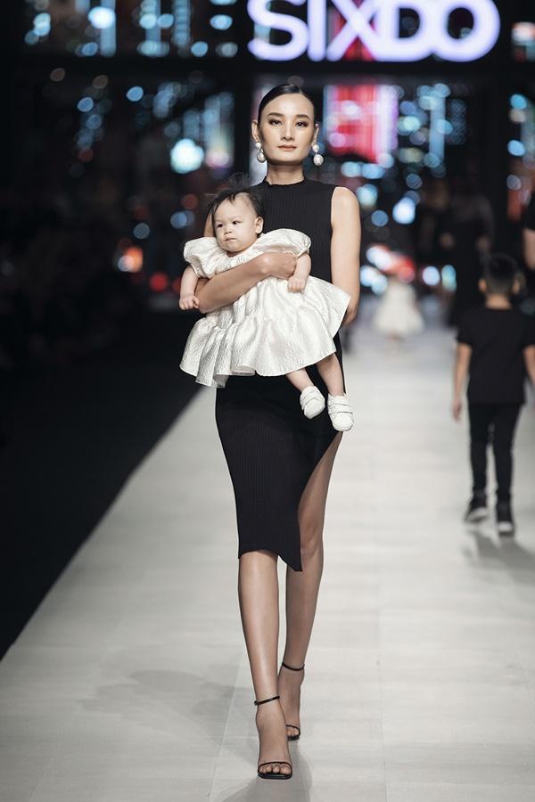 Nhóc tì nhà Đỗ Mạnh Cường xuất hiện cùng Ninh Dương Lan Ngọc gây bất ngờ tại show thời trang 2