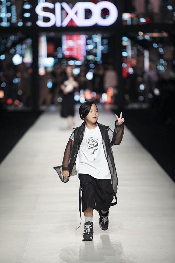 Con trai Nhím của NTK Đỗ Mạnh Cường 'khuấy động' show diễn thời trang của bố.