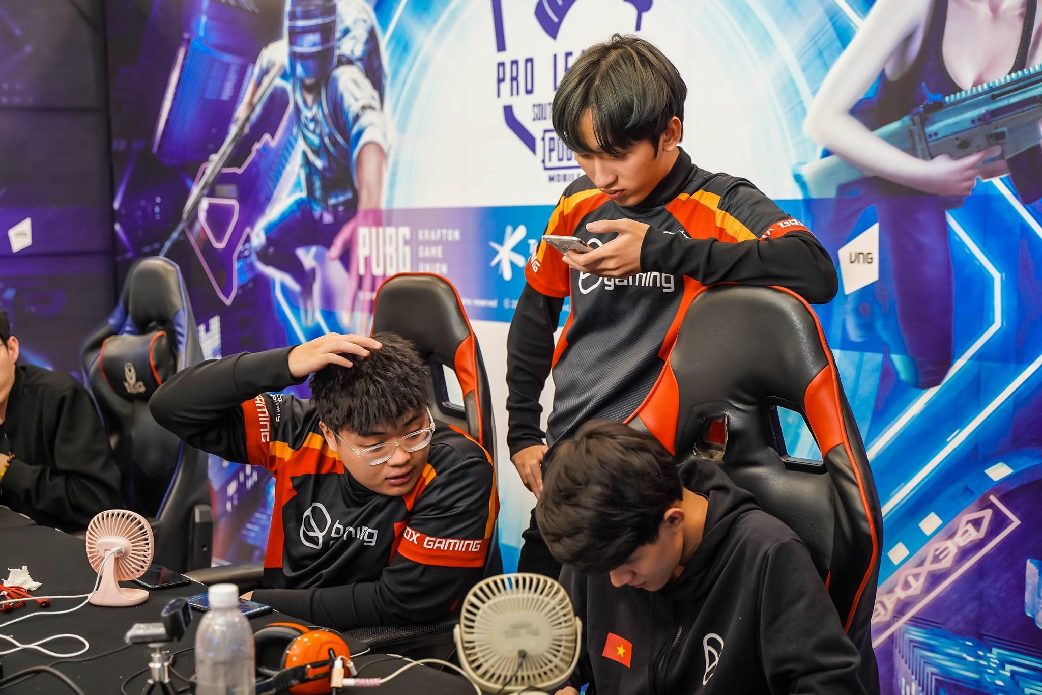 Fan hâm mộ cười 'rớt hàm' với cách trả lời phỏng vấn cực 'lầy' của Box Gaming tại chung kết SEA Finals S2 1