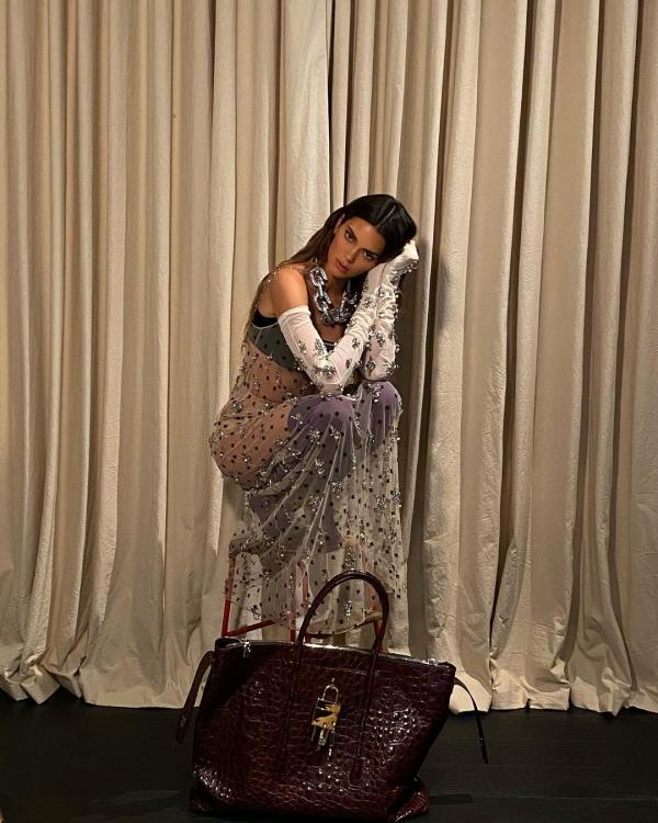 Cũng là thiết kế từ bộ sưu tập mới nhất của Givenchy nhưng thần thái và nhan sắc đỉnh cao cũng không 'cứu' được Kendall Jenner.