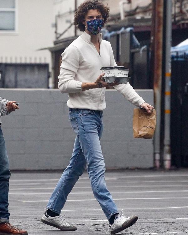 Hãy quên những tạo hình lôi thôi của Shawn Mendes trong mùa dịch Covid-19 bởi vì chàng trai ấy đã quay trở lại giản dị nhưng vẫn vô cùng nóng bỏng cùng mái tóc xoăn tít lãng tử.