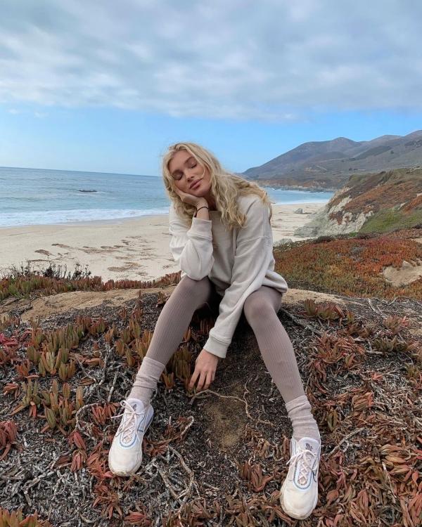 Cũng là màu beige nhưng khi Elsa Hosk phối với quần legging màu xám thì lại mang hương vị mùa thu hơn hẳn. 'Công thức' áo hoodie và quần legging cũng rất dễ để các nàng học hỏi.