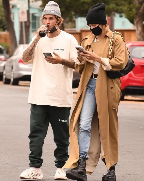 Mỗi lần đi bên cạnh vợ là Justin Bieber lại rất chỉn chu, ăn mặc đàng hoàng. Anh đang ngày càng lấy lại phong độ điển trai khi xưa, mặc dù mốt quần tụt thi thoảng vẫn khiến fans 'khó cảm nổi'. Còn Hailey Bieber thì quá xuất sắc với outfit chuẩn thu đông khi kết hợp trenchcoat cho 'combo' áo thun + quần jeans khá đơn giản của mình.