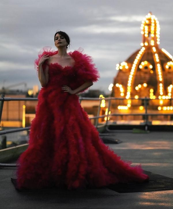 Anne Hathaway đã có nhiều chiếc váy iconic trong những bộ phim trước đó nhưng thiết kế Haute Couture bồng bềnh nữ tính nhưng quyền lực của Ralph Russo dành cho người đẹp vẫn được dự đoán sẽ lại thành 1 kiểu váy khác 'để đời' cho Anne.