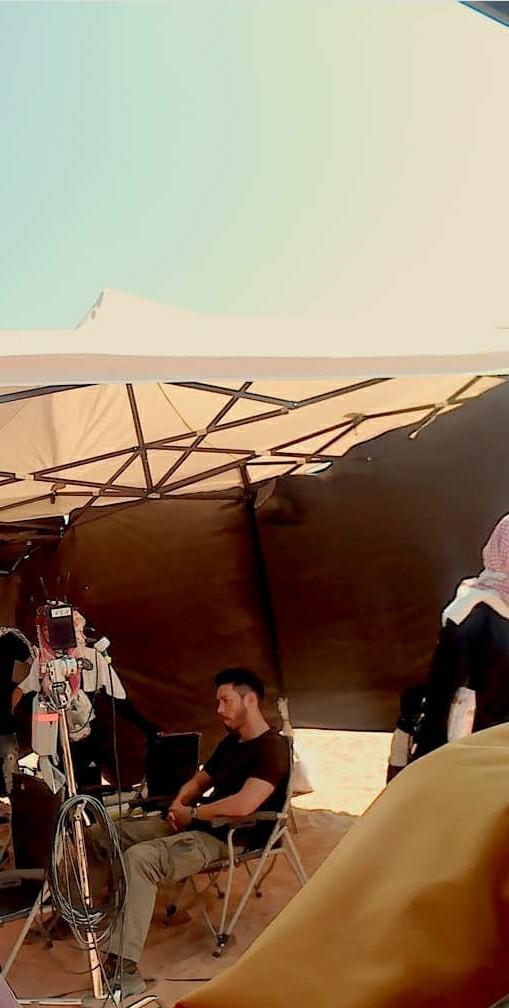 Xót xa hình ảnh Hyun Bin mệt lả người, ngồi một mình giữa trời nắng gắt ở Trung Đông để quay phim mới 0