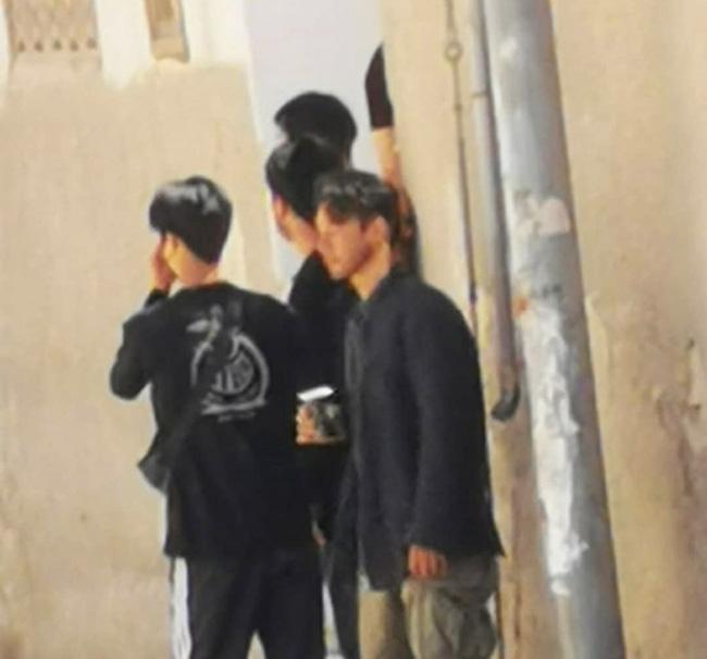Hyun Bin với làn da đen nhẻm, để râu quai nón đầy phong trần.