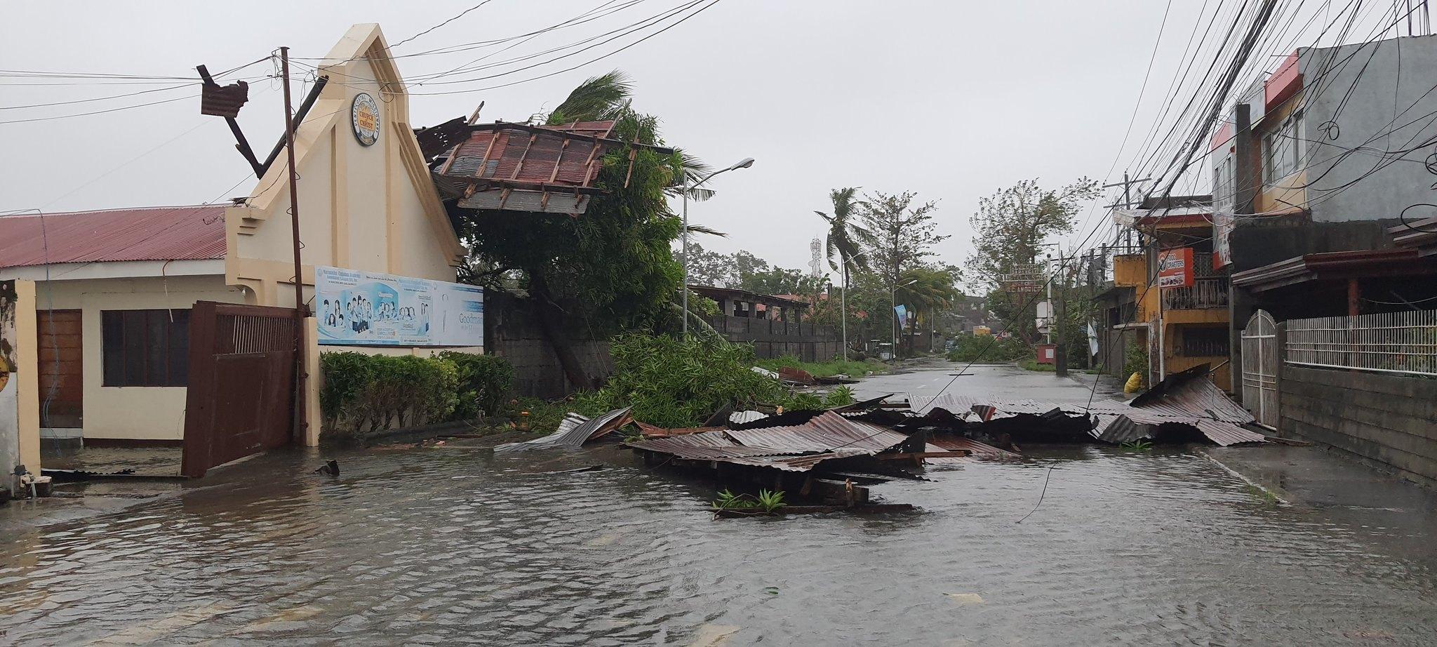 Nước ngập mênh mông, nhiều ngôi nhà tốc mái.