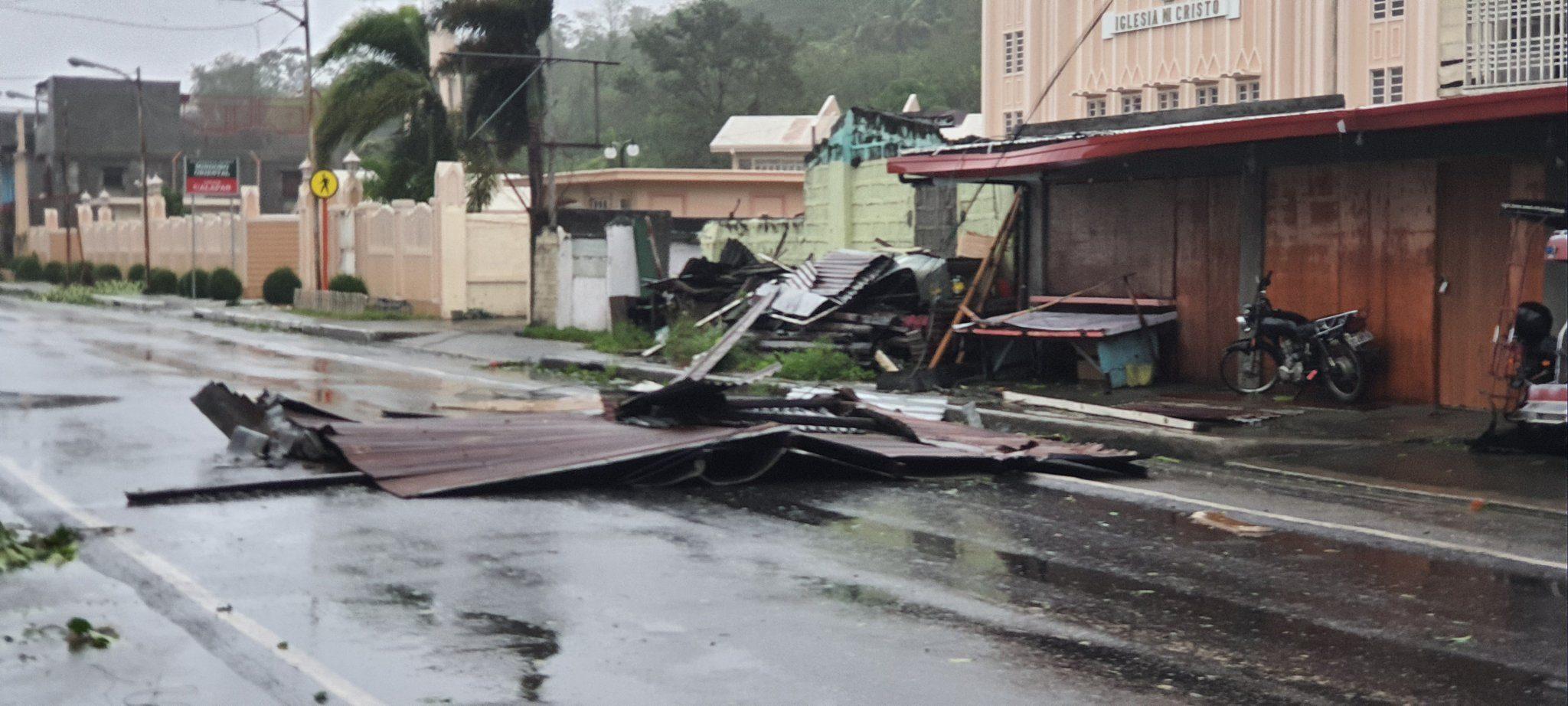 Hình ảnh cơn bão số 9 càn quét Philippines với sức gió mạnh dữ dội: Đã có những thiệt hại đầu tiên 4