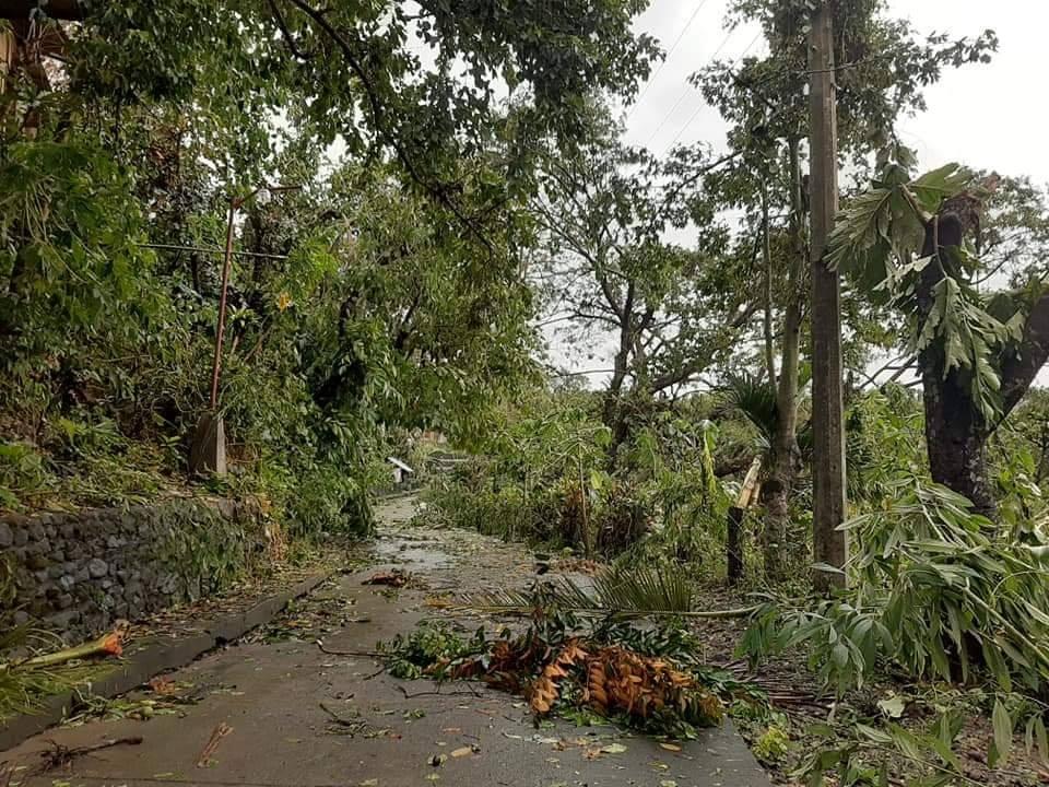 Hình ảnh cơn bão số 9 càn quét Philippines với sức gió mạnh dữ dội: Đã có những thiệt hại đầu tiên 7