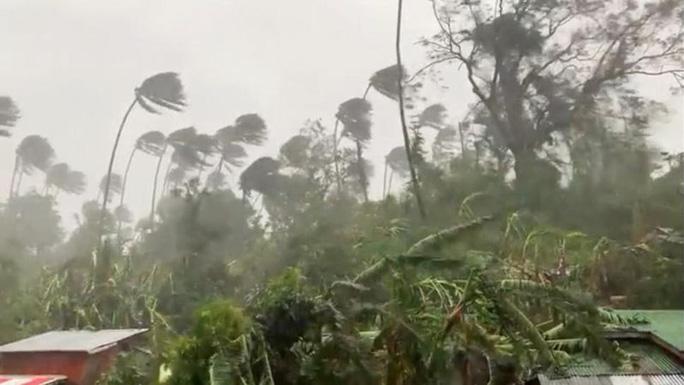 Hình ảnh cơn bão số 9 càn quét Philippines với sức gió mạnh dữ dội: Đã có những thiệt hại đầu tiên 2