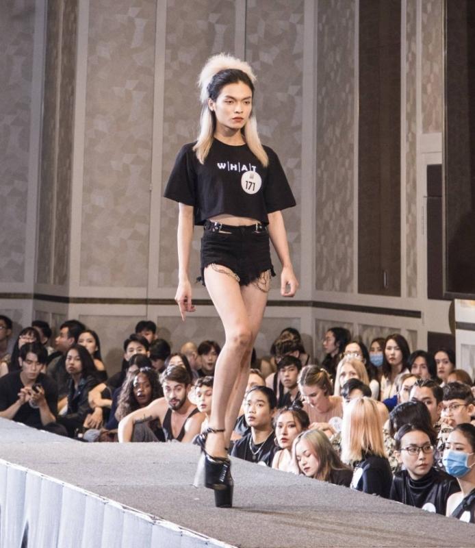 Người đẹp U40 catwalk 'chặt chém', dàn thí sinh LGBT mặc váy dạ hội 'khuấy động' buổi casting 1