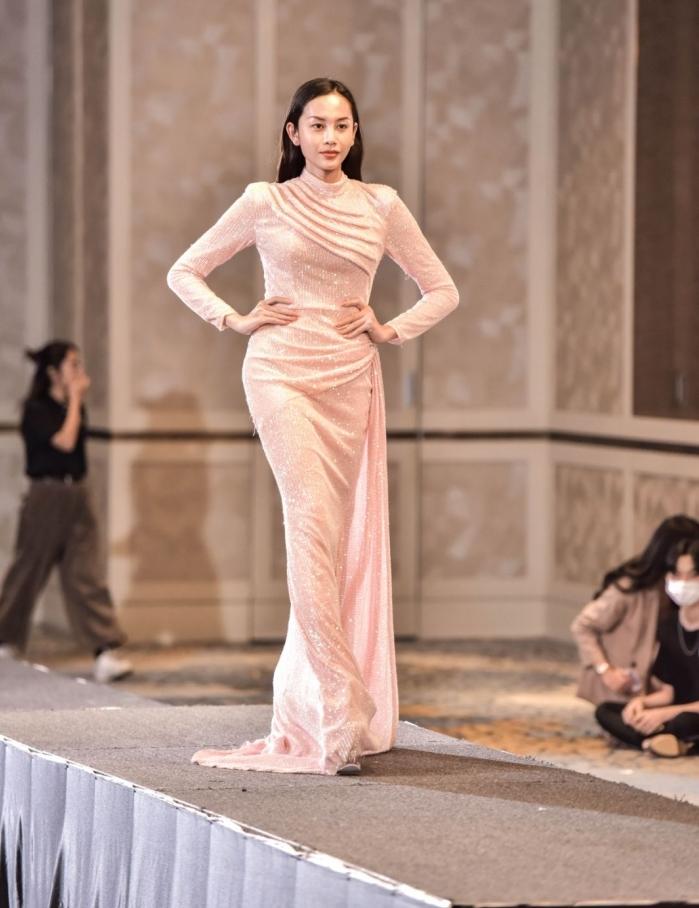 Người đẹp U40 catwalk 'chặt chém', dàn thí sinh LGBT mặc váy dạ hội 'khuấy động' buổi casting 0