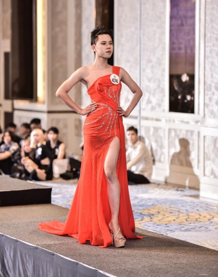 Người đẹp U40 catwalk 'chặt chém', dàn thí sinh LGBT mặc váy dạ hội 'khuấy động' buổi casting 2