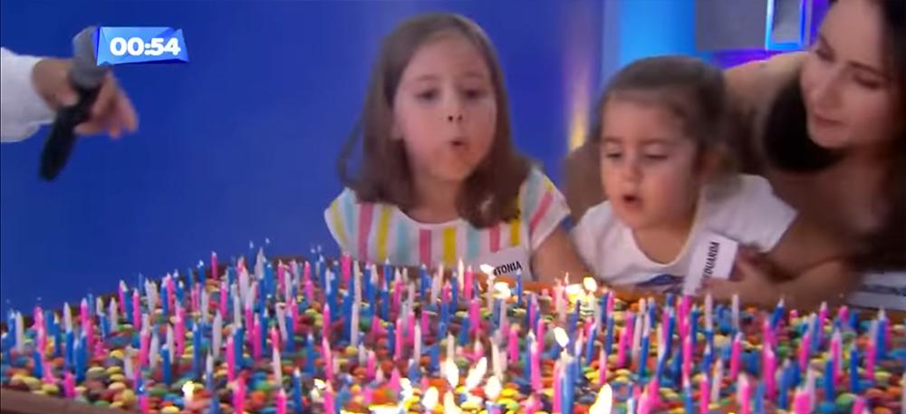 Hai cô bé rất thích thú, vui vẻ khi tham gia chương trình