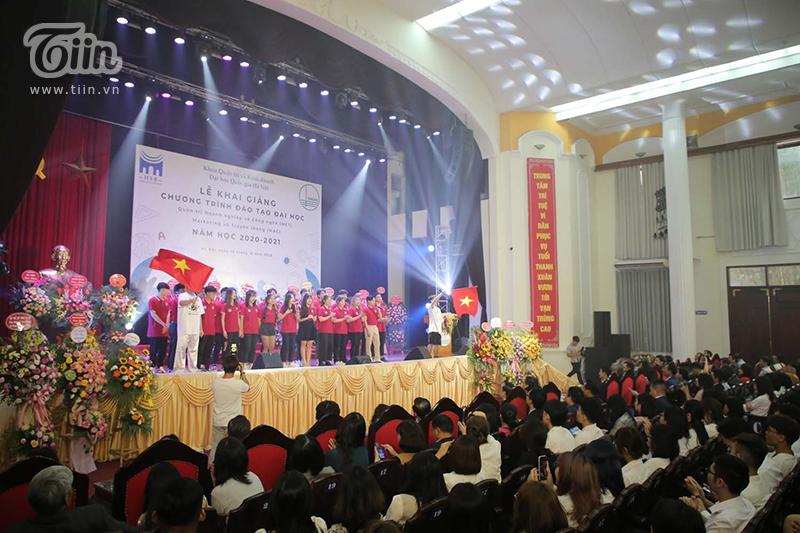 Các bạn tânsinh viên biểu diễn nhiều tiết mục đặc sắc để chào mừng lễ khai giảng