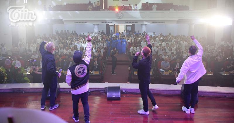 Nhóm nhạc DALAB xuất hiện trong lễ khai giảng khiến hội trường bùng nổ với những bản hit triệu view