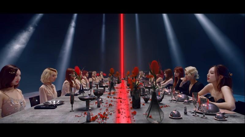 'Song trùng' là chủ đề chính được làm nổi bật trong MV.