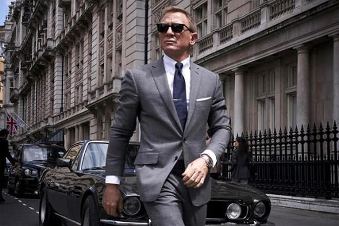 Tạo hình James Bond mạnh mẽ, lịch lãm của Daniel Craig.