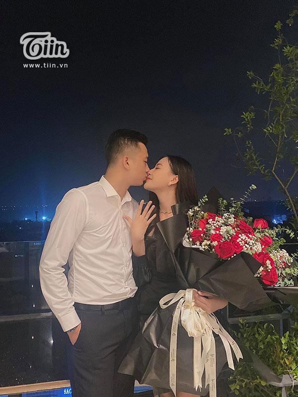 Cô gái trẻ đã nhận lời cầu hôn của người thươngsau 1 năm yêu nhau.