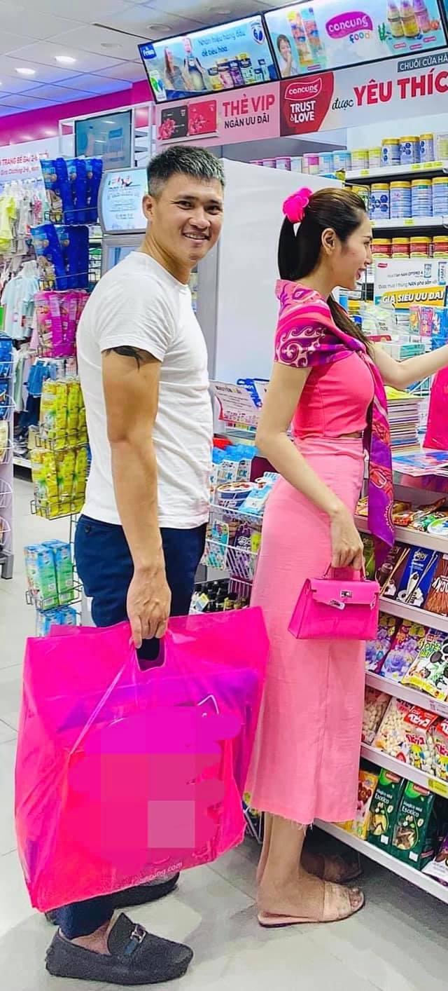 Thủy Tiên cùng Công Vinh đi mua sắm