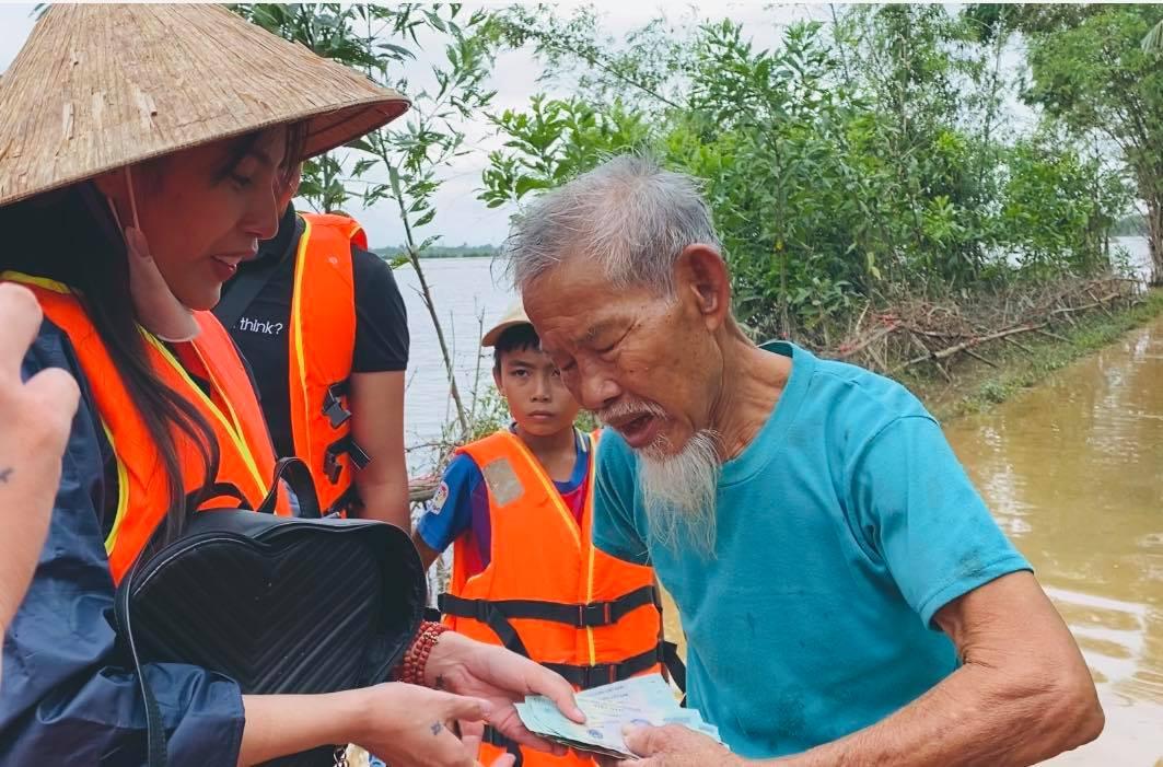 Một số hình ảnh ấm lòng của Thủy Tiên tại rốn lũ miền Trung