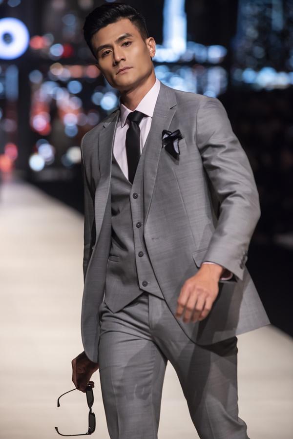 Vĩnh Thụy là gương mặt mở màn cho bộ sưu tập vest của nhà thiết kế Đỗ Mạnh Cường trong show diễn SIXDO.