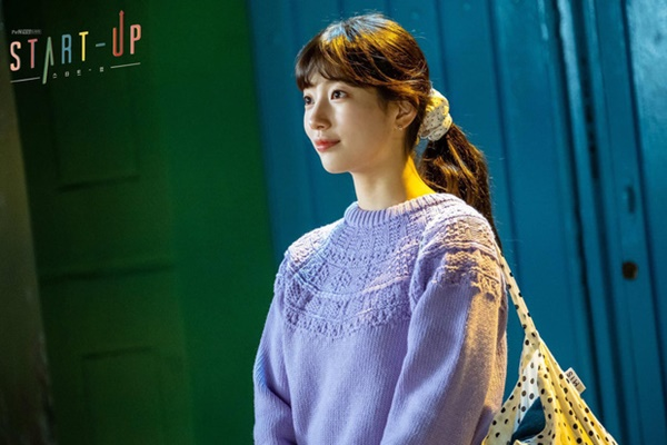 Phim mới của Suzy gây tranh cãi lớn: Vào vai 'nghèo rớt mồng tơi' nhưng dùng túi trăm triệu 0
