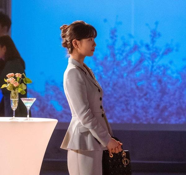 Suzy đảm nhận vaiDal Mi - một cô gái nghèo, không có tiền mua một đôi giày lành lặn nhưng chiếc túi xách của cô lại có giá... 135triệu đồng đến từ thương hiệu Dior.