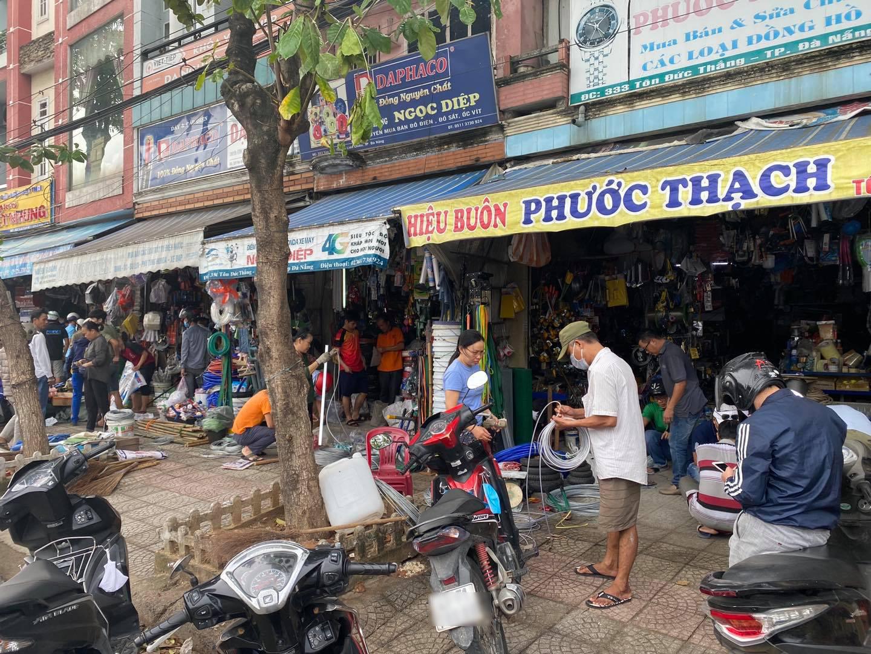 Người dân Đà Nẵng đổ xô mua vật dụng chằng chống nhà cửa đối phó 'siêu bão' số 9 Molave đổ bộ 0