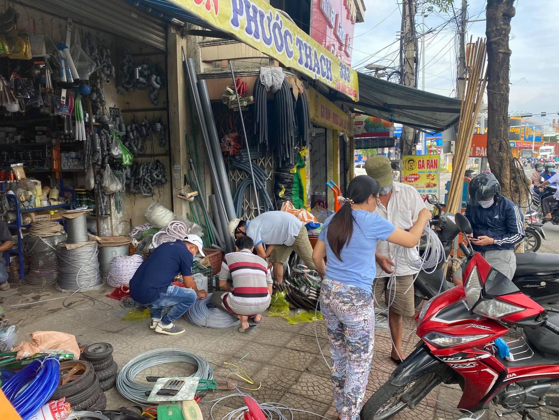 Người dân Đà Nẵng đổ xô mua vật dụng chằng chống nhà cửa đối phó 'siêu bão' số 9 Molave đổ bộ 1