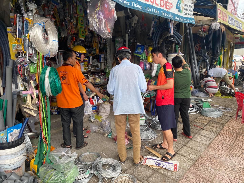 Người dân Đà Nẵng tất bật đi mua đồ để gia cố lại nhà cửa. Ảnh Page Đà Nẵng.