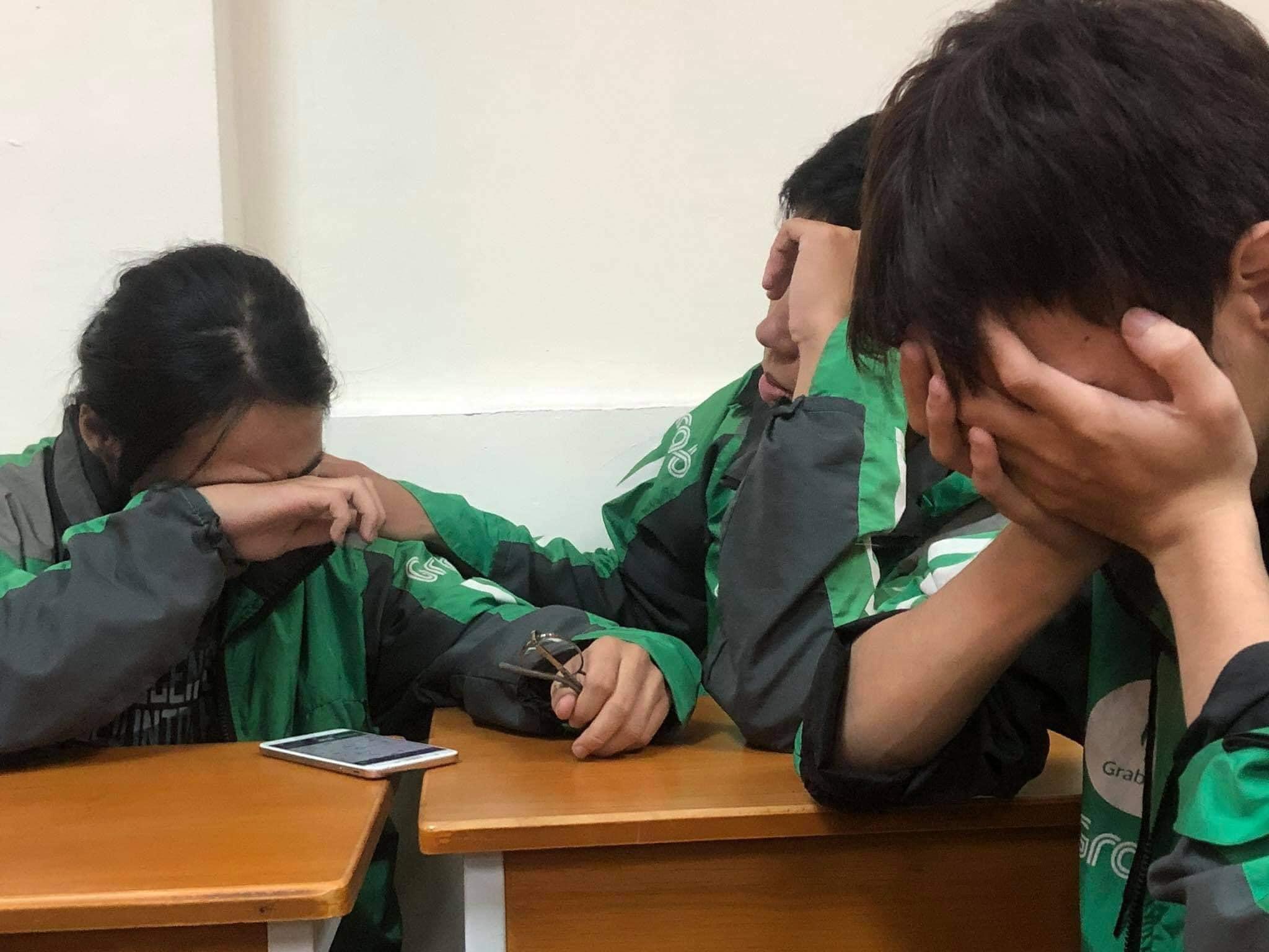 Hình ảnhnhững cô cậu sinh viên khóc nghẹn sau khi nghe điện thoại từ gia đình khiến nhiều người xót xa