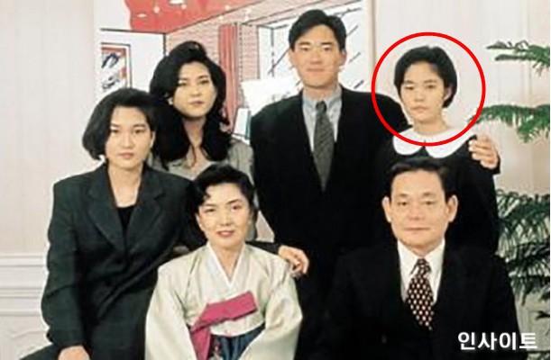 Bức ảnh chụp gia đình ông Lee Kun Hee. Lee Yoon Hyung được khoanh đỏ.