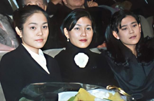 Lee Yoon Hyung ngoài cùng bên trái và hai người chị tài giỏi của mình.