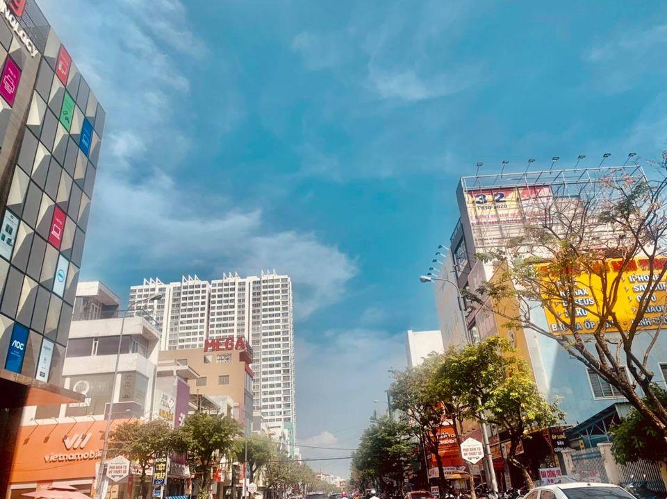 Để ứng phó vớicơn bão số 9, Đà Nẵng yêu cầu người dân không ra khỏi nhà bắt đầu từ 20 giờ 00 phút ngày 27/10/2020 cho đến khi có thông báo của Ban Chỉ huy. Cán bộ, công chức, viên chức, người lao động (kể cả trong khu công nghiệp, công nghệ cao) nghỉ làm việc trong ngày 28/10/2020 (trừ các lực lượng làm nhiệm vụ và các trường hợp đặc biệt).