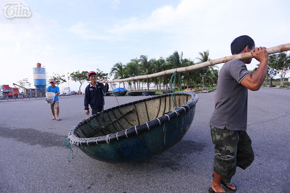 Công tác chằng chống nhà cửa, đảm bảo an toàn cho người dân cũng được triển khai khẩn trương nhằm hạn chế tối đa những thiệt hại của cơn bão số 9.