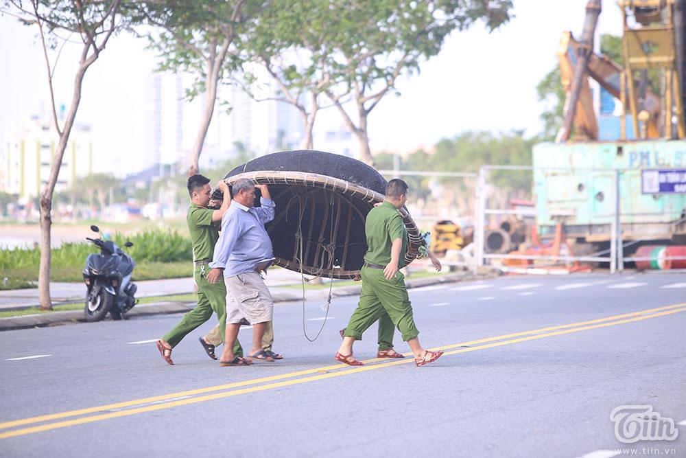 Trước bão số 9: Trời Đà Nẵng trong xanh, người dân không chủ quan, khẩn trương chằng chống nhà cửa 10