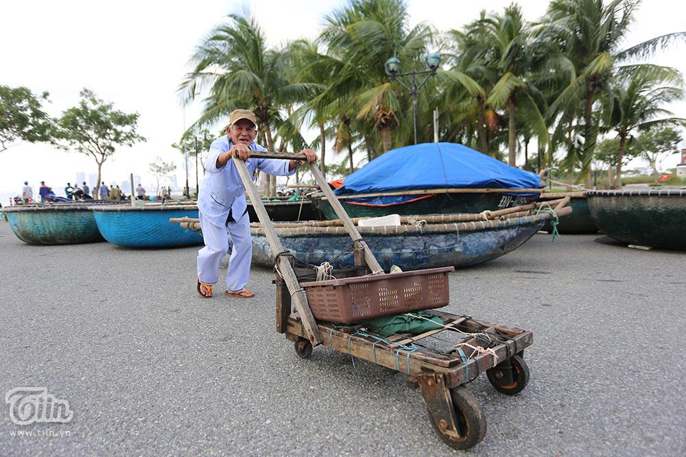 Trước bão số 9: Trời Đà Nẵng trong xanh, người dân không chủ quan, khẩn trương chằng chống nhà cửa 15