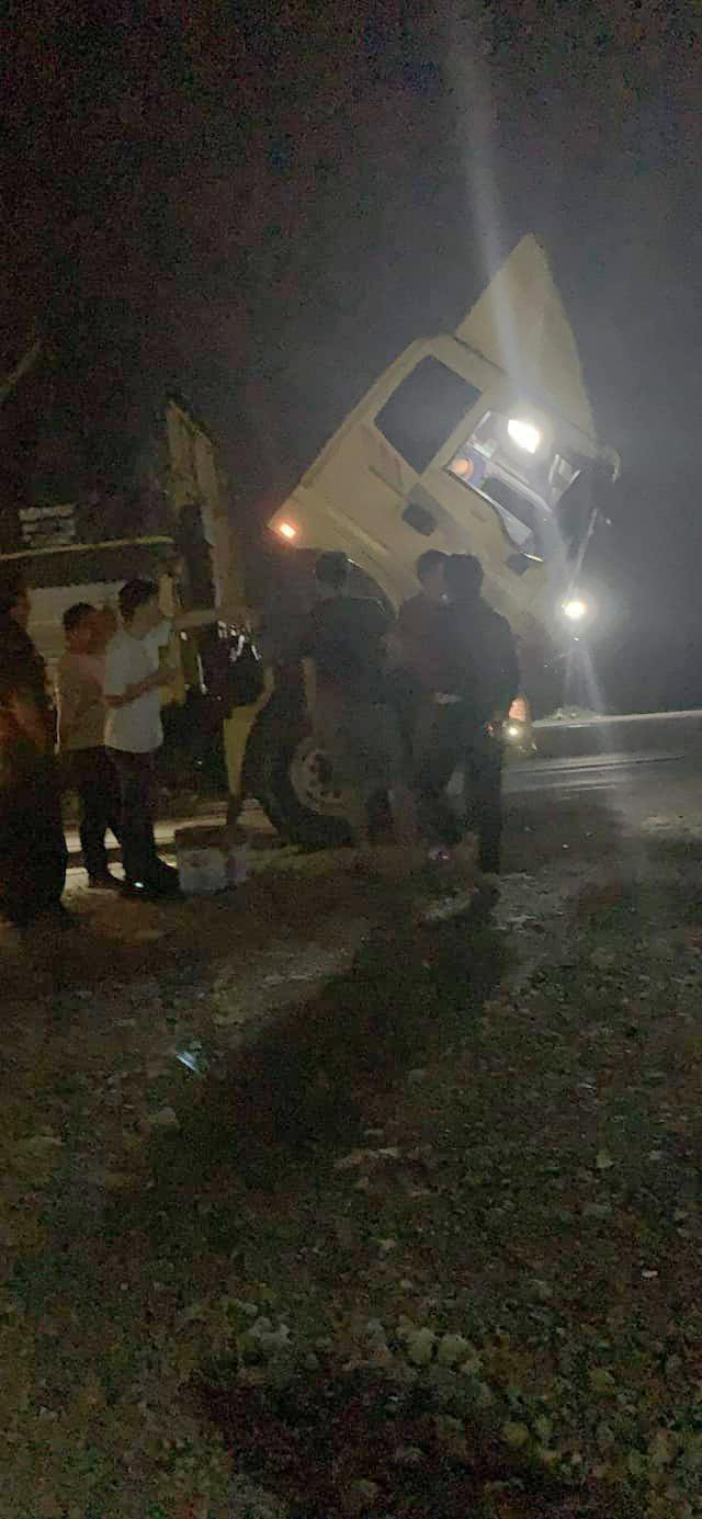 Xe chở hàng từ thiện bị hư khi chưa tới được địa điểm cần hỗ trợ
